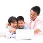 家族三人でみるパソコン