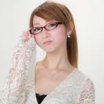 眼鏡を選ぶ女性