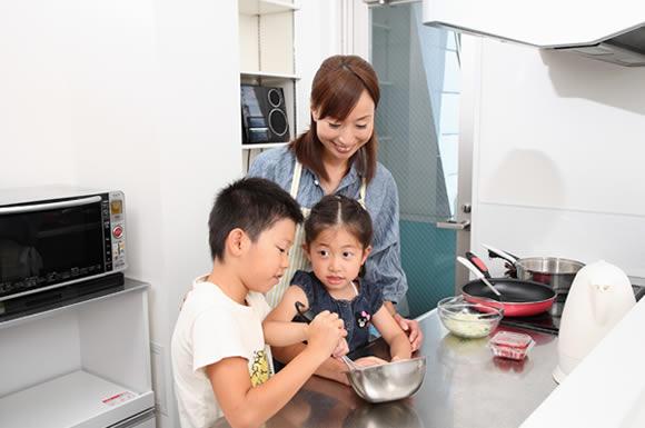 家族三人で料理をする家族