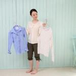 服の種類を選ぶ女性