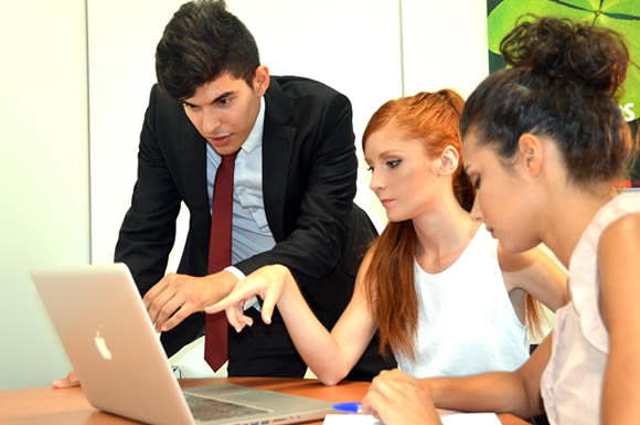 パソコンを見る外国人たち