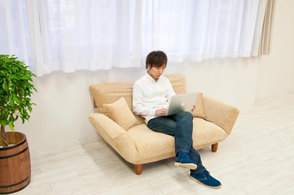 リビングとソファーとパソコン