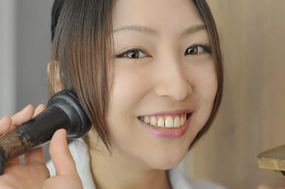 電話を聞く女性