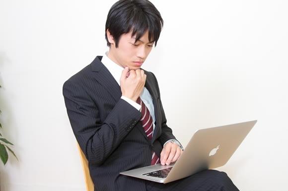 パソコンを見る男性