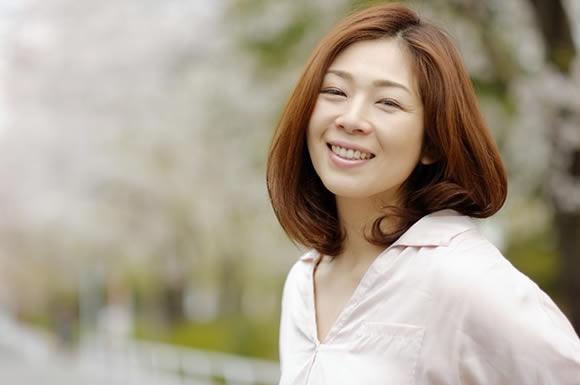 桜の木の女性