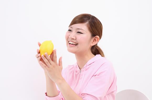 レモン持ってる女性