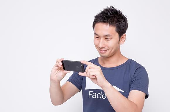 アイフォン見る男性