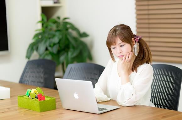 パソコン見る女性