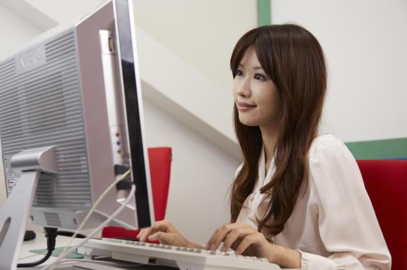 パソコンを観る女性