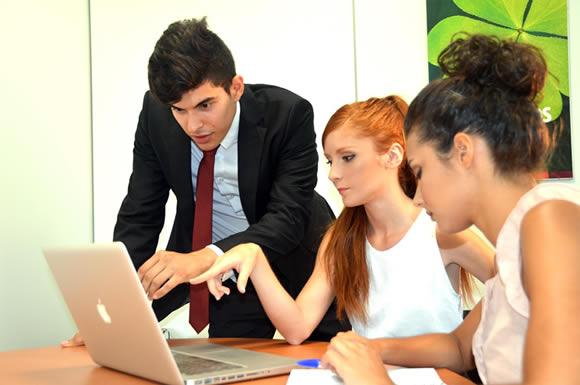 パソコンを観る三人組