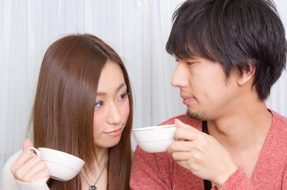 コーヒー飲むカップル