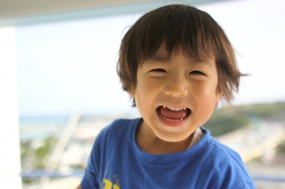 子どもがアニメを見て笑うイメージ