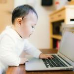パソコンに触る赤ちゃん