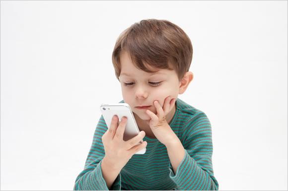 ユーネクストの動画を見る子ども